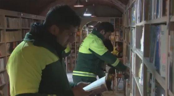 Bibliothèque de Turquie avec des livres jetés aux poubelles