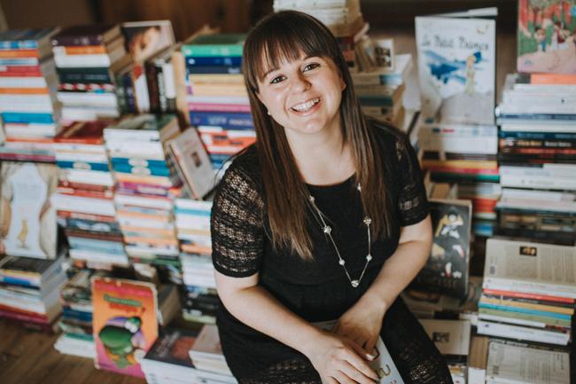 Amélie Boivin-Handfield devant plus de 1000 livres Crédit photo : Raphëlle Granger